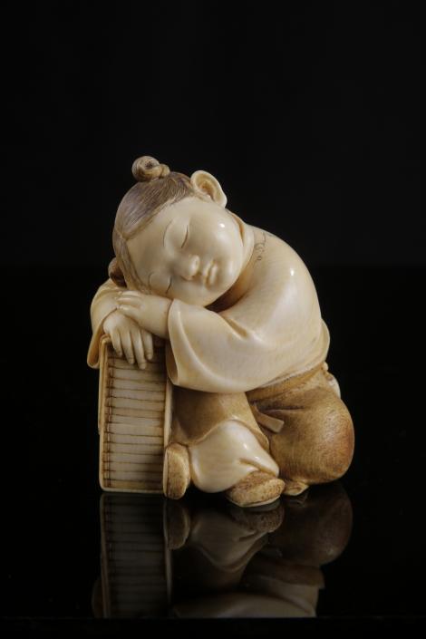 Okimono eines schlafenden Mädchens. Japan, Ende 19. Jhdt. - Meiji-Periode