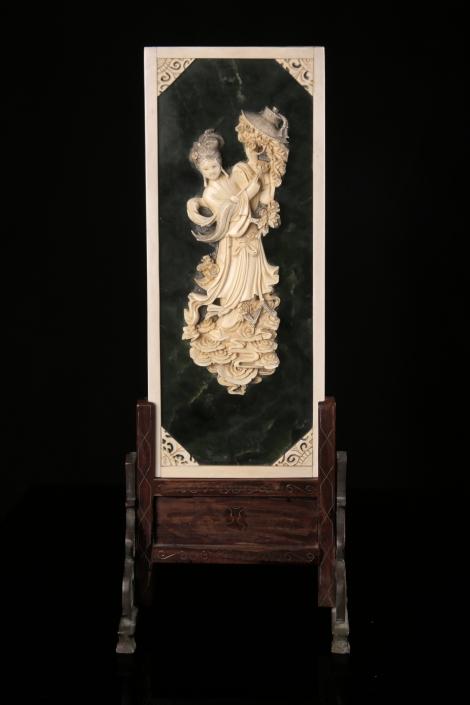 Reliefdarstellung einer Hofdame. Gefertigt aus einer Kombination von Jade und Elfenbein