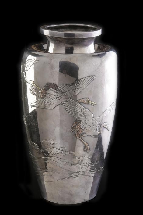 Japanische Vase aus massivem Silber. Darstellung von Kranichmotiven und traditionell japanischer Wellenabbildung
