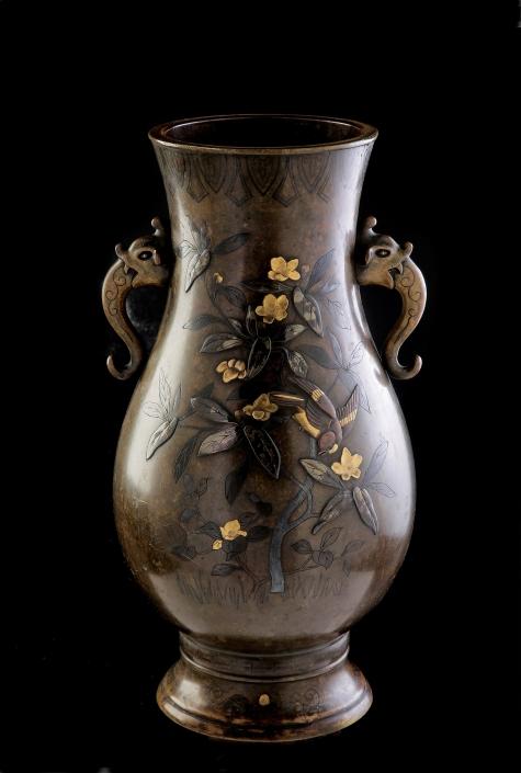 Bronzegefäß mit floraler Darstellung und Vogelmotiv